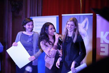 Presentatrice Danira Boukhriss met laureaten Ellien Eggermont & Luna Delange