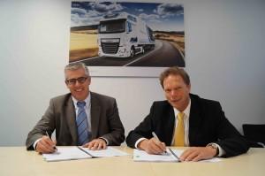 Jos Smetsers, Senior Director van DAF Trucks (rechts) en Philippe Tychon, General Manager van SITA (links), ondertekenen de samenwerkingsovereenkomst.
