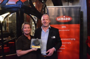 An Oeyen krijgt de Molse Kei uit handen van Unizo-bestuurslid Urbain Verbruggen.