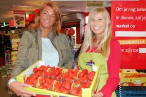 Wendy Van Nyen van Hostessenservice (links) en medewerkster Ann Berghmans bij de degustatie in Carrefour Market aan de Nieuwe Kaai in Turnhout.