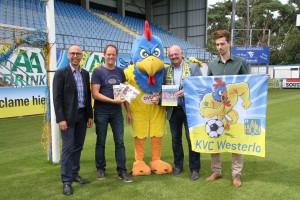 Vlnr: Jan Caers (commercieel manager KVCW), Leo Brouwers (redacteur), clubmascotte De Kemphaan, Günther Peeters (zaakvoerder GPEC) en Jeff Van Thielen (medewerker KVCW).