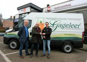V.l.n.r: Dirk Geysels en Lucas Huybrechts van Gageleer nemen de sleutels van de camionette in ontvangst van Rick Vingerhoets, adviseur Lichte Bedrijfsvoertuigen bij TTA Turnhout.