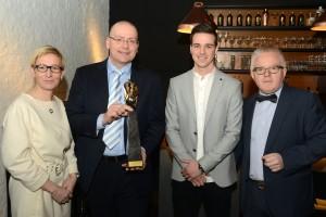 Mano Zaal (2de van links) en Joy Vervoort (3de van links) van Sopraco bij de uitreiking van de Gouden Tavola.
