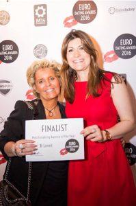 Marijke Eerens van B-loved (links) met Charly Lester, CEO van de European Dating Awards.