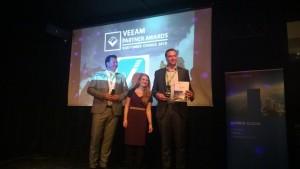 Sales Director Eric Primus neemt namens VanRoey.be de award in ontvangst.